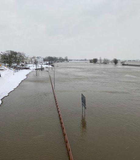 Laagste deel Zutphense IJsselkade weer begaanbaar na komend weekeinde: waterpeil gaat deze week dalen