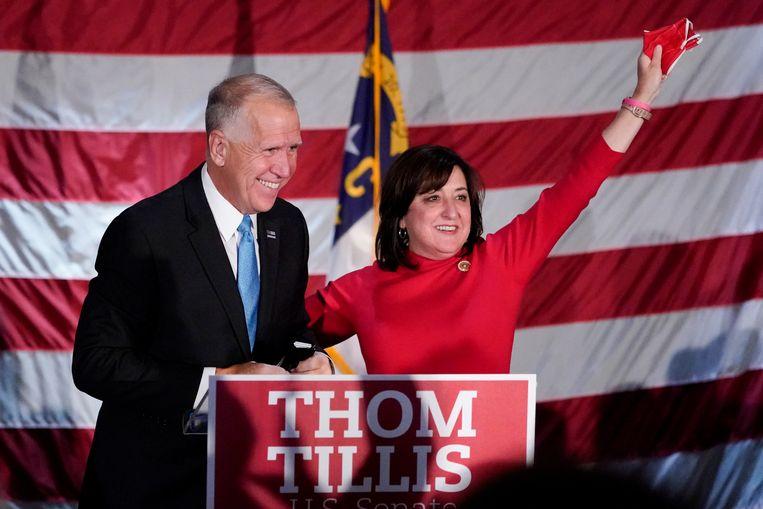 De Republikeinse senator Thom Tillis viert met zijn vrouw Susan zijn herverkiezing in North Carolina. Beeld AP
