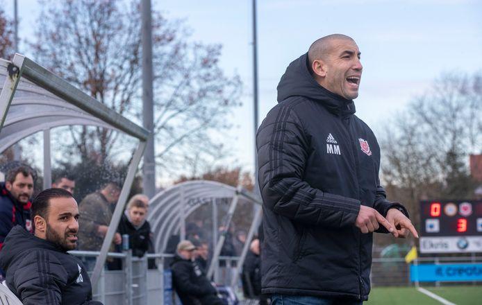 Archiefbeeld: FC Jeugd-coach Mohammed Mouhouti zet zijn ploeg neer.