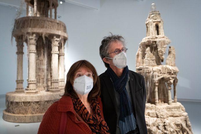 Cecile van de Zand en Jack Balhan bij het werk van Eva Jospin in Het Noordbrabants Museum. Foto Marc Bolsius