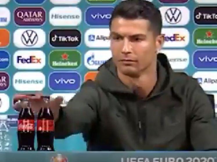 """""""Drink water"""": Cristiano Ronaldo neemt tijdens opmerkelijk moment flesjes van EK-sponsor Coca-Cola weg"""