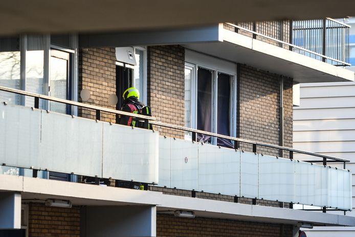 De ramen van de woning zijn gesprongen door de explosie.