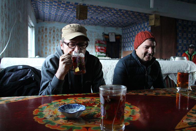 Bij dag en dauw nog snel een kopje thee vooraleer we de trektocht rond Mount Kailash aanvatten. Beeld RV