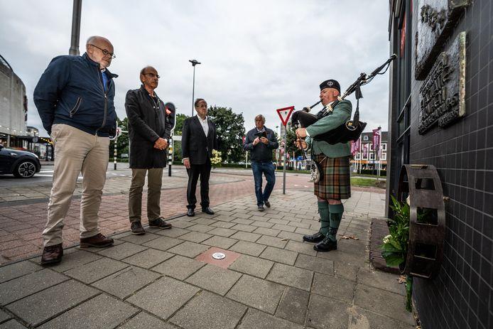 'Last men standing' bij het evacuatiemonument in Arnhem. Vlnr: Guus Versmissen, Martien van Hemmen, Laurens van Aggelen, Henk van Eerden en doedelzakspeler Ed Verwer.