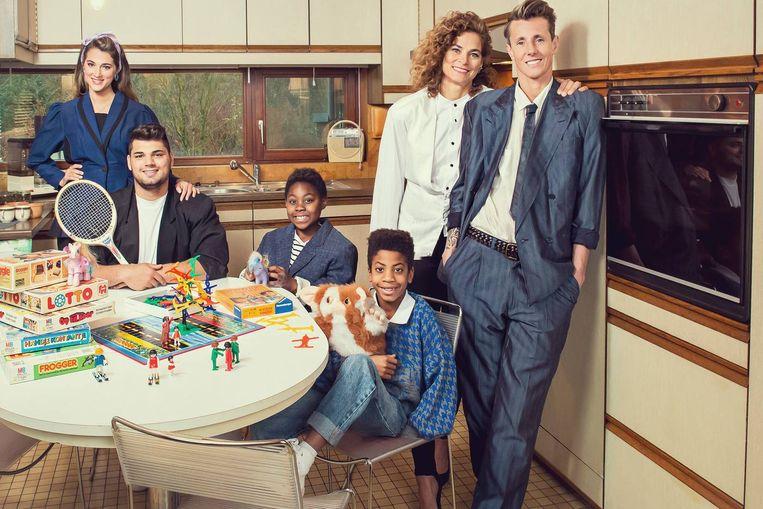Sam Bettens en zijn vrouw, Stef, en kinderen Jett (8), Charlie (8), Taylor (23) en Justin (21) in 'Groeten uit'. Beeld rv