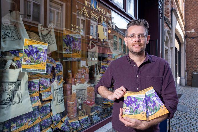 Jelte Pieter Dijkstra van snoepwinkel Langen Asem verkoopt krokussen om bijen te helpen