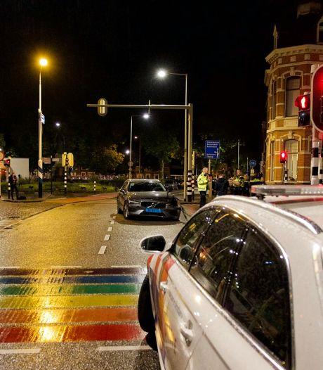 Politiewagen en taxi botsen in Bergen op Zoom