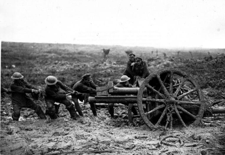 Veldgeschut zit vast in de modder tijdens de slag bij Pilckem Ridge, augustus 1917. Beeld BELGAIMAGE