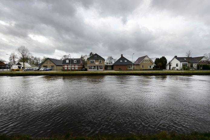 Langs kanaal Almelo - De Haandrik zijn ruim 350 huizen beschadigd.