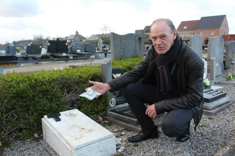 Jean-Marie Van Goethemd bij het vernielde engeltje, aan het graf van zijn in 1963 overleden broertje.