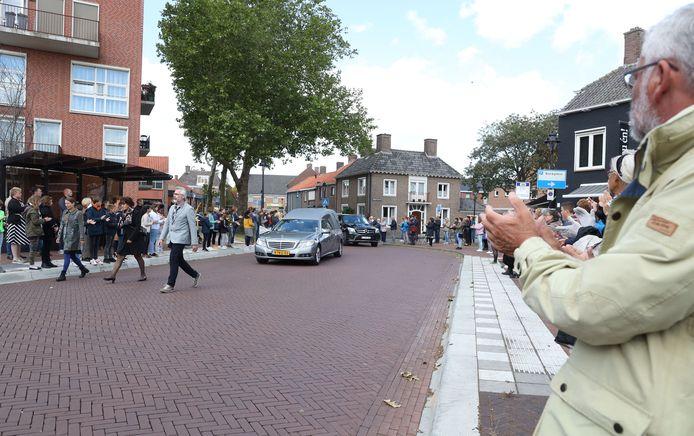 Applaus voor John Bolsius bij zijn uitvaart in Oostburg.