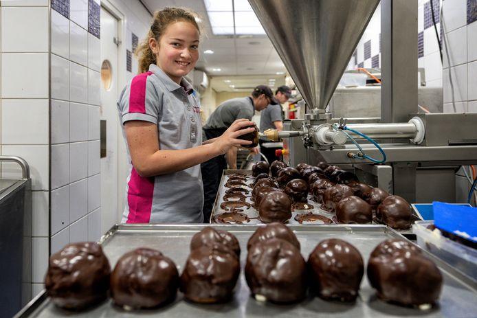 Lizz van den Broek loopt stage bij bakkerij De Groot en leert het vak van de Bossche Bollen maken.