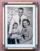 Familieportret van Anneke en haar ouders.