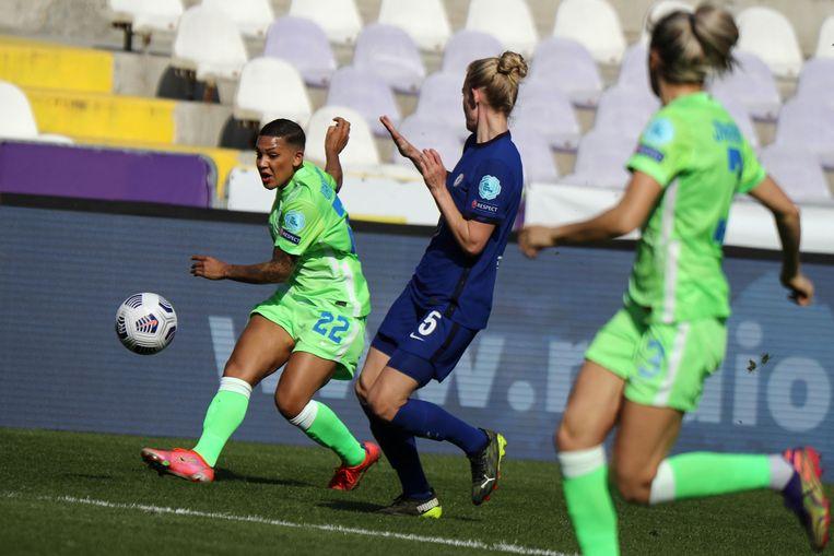 Shanice van de Sanden (22) in het seizoen 2020-2021 in actie voor VfL Wolfsburg in de Champions League-wedstrijd tegen Chelsea. Beeld AFP