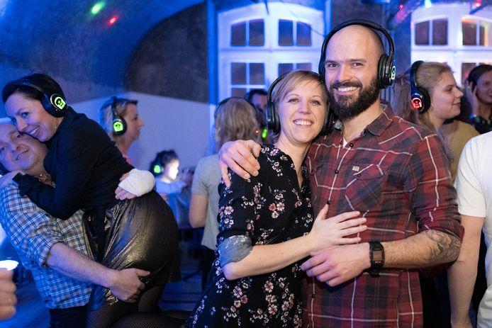 PUURS SINT-AMANDS: Silent Disco in fortcafé De Batterie. Koen (36) en Fien (37) kenden het concept maar ook voor hen was de eerste keer dat ze een Silent Disco Party bezochten.