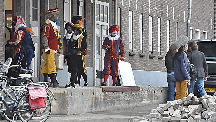 Een Clownspiet met een wit gezicht en een piet met grijs haar en grijs geschminkt gezicht waren gisteren samen met een cameraploeg in Gouda