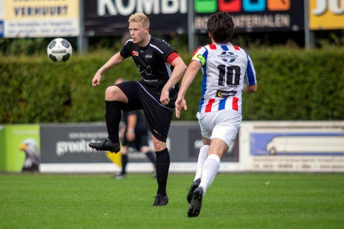 Vianen Vooruit-aanvoerder Rik Willemsen controleert de bal in de oefenwedstrijd tegen het belofteteam van UDI'19.
