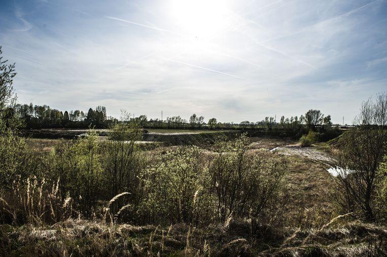 De uitgegraven stortplaats in Sint-Niklaas. Middenin een woonwijk. Beeld ID/photo agency
