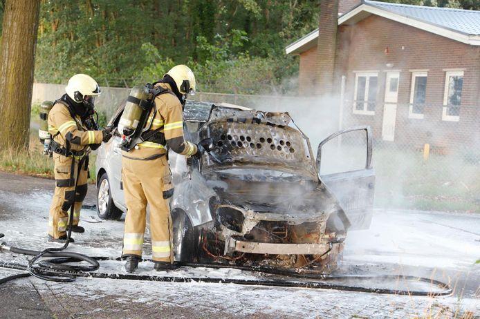 In Langenboom vloog donderdagavond een auto in brand tijdens het rijden