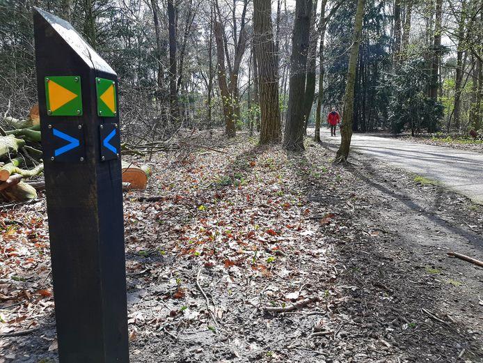 De eerste nieuwe routepaaltjes staan in het Wandelbos.