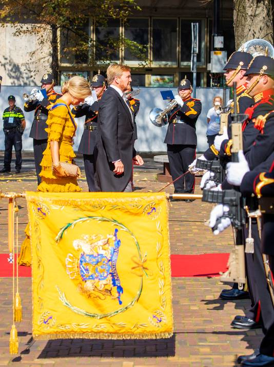 Aankomst van Koning Willem-Alexander en koningin Máxima tijdens Prinsjesdag bij de Grote kerk met militaire erewacht.