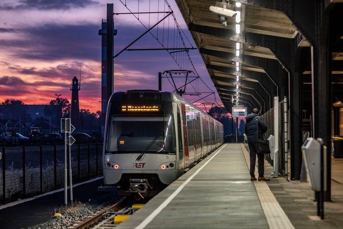 Gemeenten rond Rotterdam vrezen dat veel reizigers kiezen voor de auto als het openbaar vervoer met een spitstarief gaat werken.