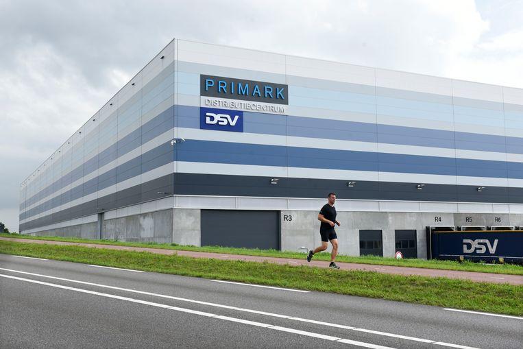 Een distributiecentrum van de Primark in Roosendaal.  Beeld Hollandse Hoogte / Peter Hilz
