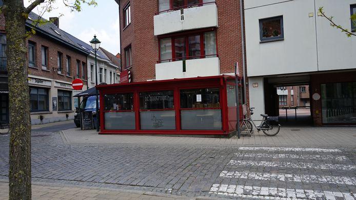 De doorsteek naast de brasserie komt uit op het Hoogpoortplein en aan de overkant van de zaak ligt het marktplein.