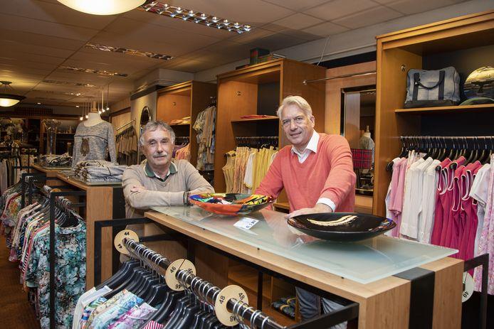 """Gerard Weghorst (l) en Jos van den Berg in de damesmodezaak Jobé aan de Grotestraat-Zuid: """"Einde winkel is in zicht."""""""