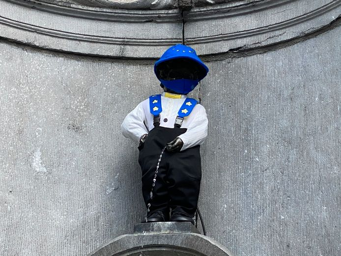 Manneke Pis in Europees kostuum