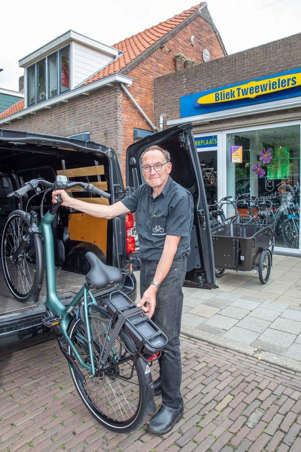 Johan Bliek wil zijn klanten niet teleurstellen en dus laat hij zijn schoonvader fietsen ophalen bij dealers in heel Nederland.