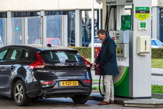 Een tankende klant vrijdagmiddag op het onbemande pompstation van de BP in Deventer. ,,Bizar'', noemt Michiel Dumont de fout van BP. ,,En heel terecht dat ze dat gaan vergoeden.''