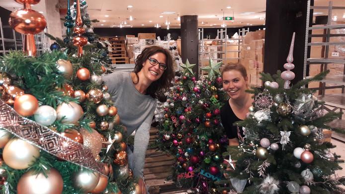 Medewerkers Iris Kamminga (links) en Romy Starink hebben de eerste kerstbomen al opgetuigd in het voormalige C&A-pand aan het Vredenburg in Utrecht.