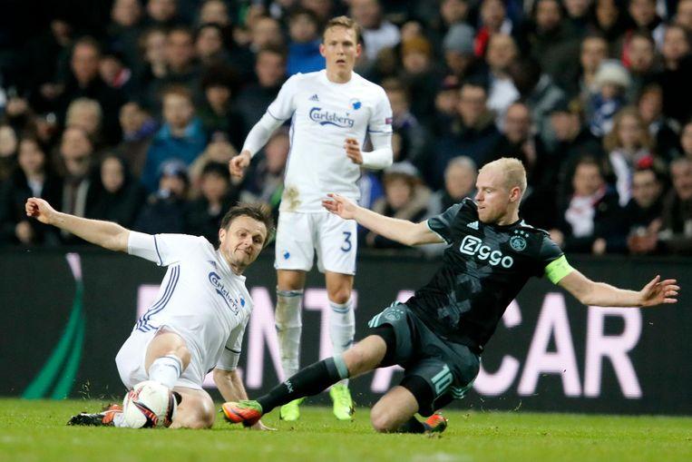 Ajax-speler Davy Klaassen (links) vecht om de bal met de William Kvist.  Beeld AP