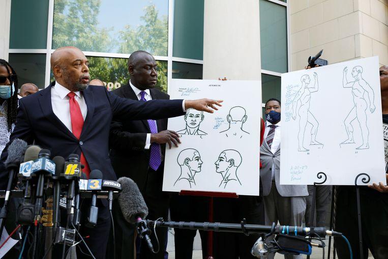 Wayne Kendall en Ben Crump, advocaten voor Browns familie, geven hun lezing van de gebeurtenissen tijdens een persconferentie dinsdag. Beeld REUTERS