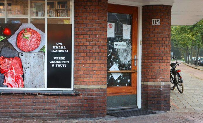 De halal slagerij aan het Kapelaan Koopmansplein na de aanslag. De ruit van de voordeur werd vernield. In de winkel werd een handgranaat gevonden die niet is geëxplodeerd.