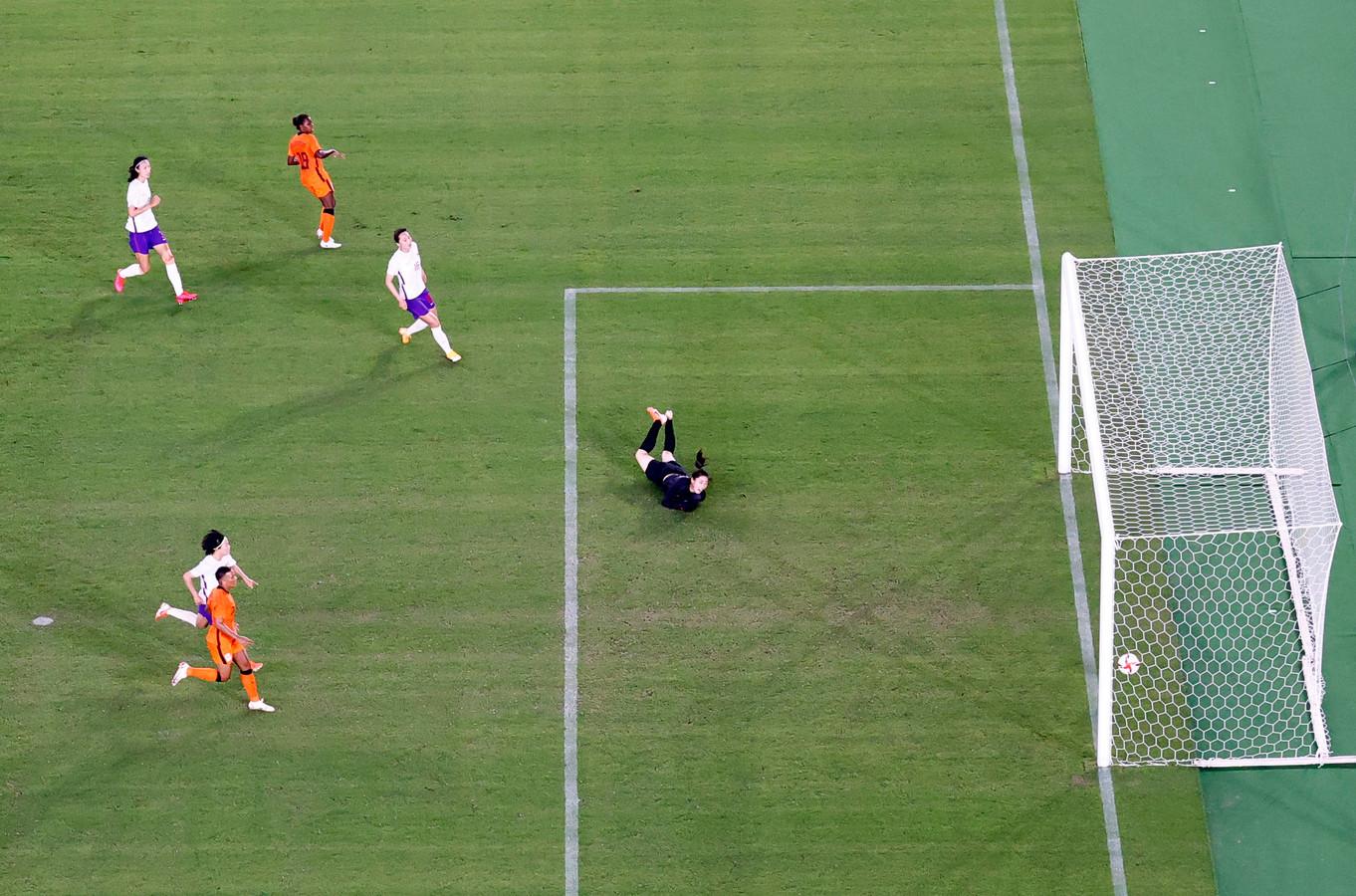 Lineth Beerensteyn met haar tweede goal van de wedstrijd.