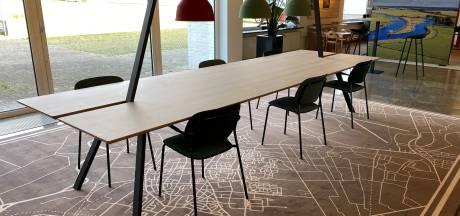 Bijzondere opknapbeurt van hal gemeentehuis Soest: stoelen van PET-flessen en tapijt van visnetten