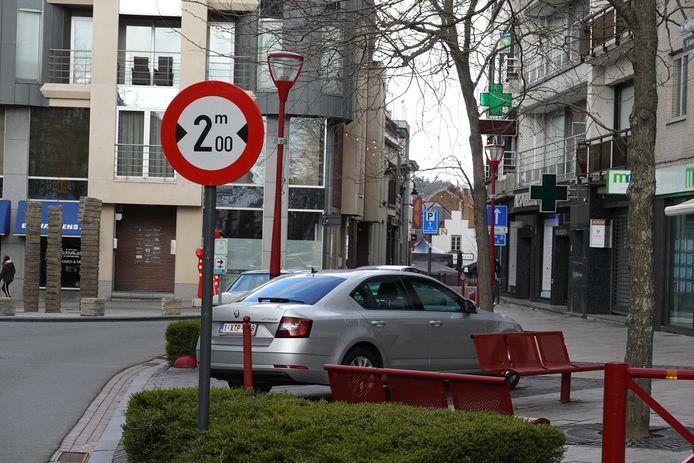 Het bewuste verbodsbord aan de Sint-Martensstraat. Breder dan 2 meter mag niet maar dan toch weer wel.