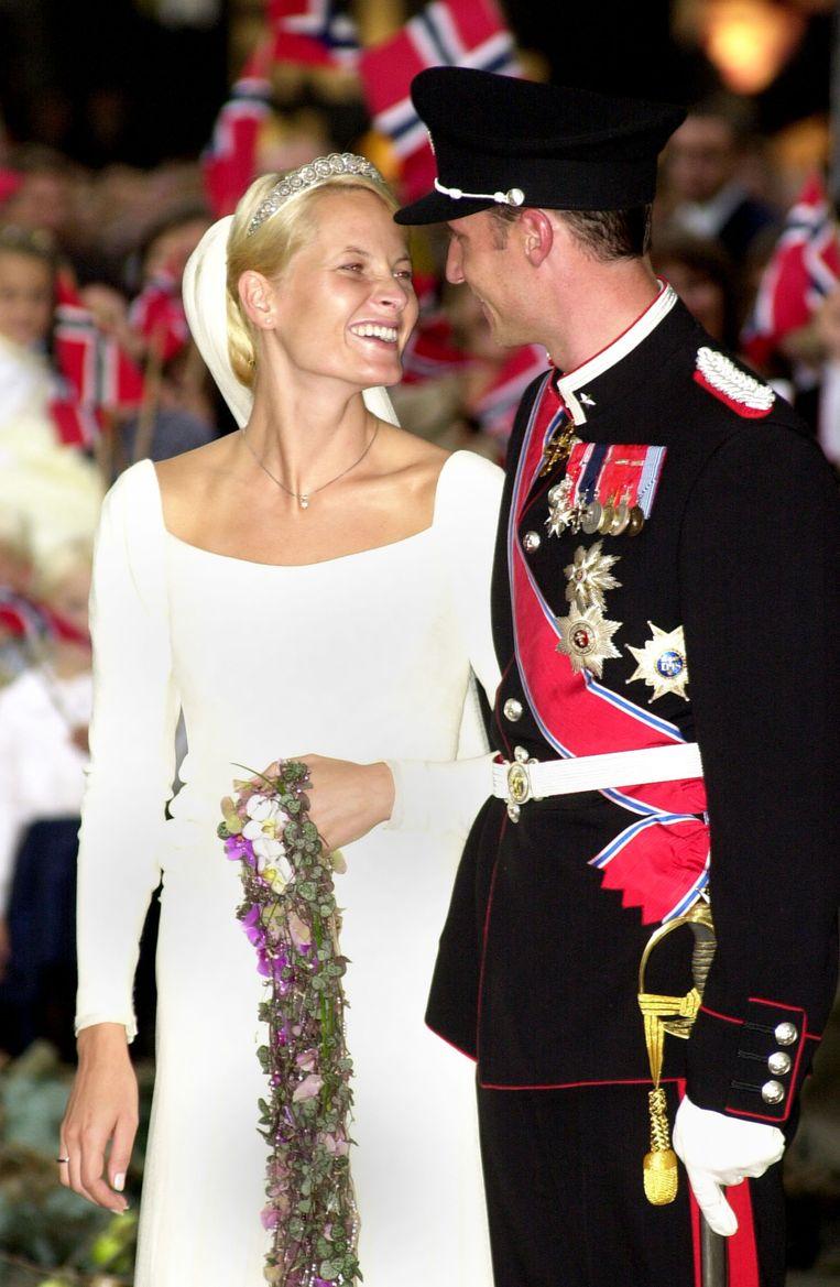 Kroonprins Haakon van Noorwegen en kroonprinses Mette-Marit op hun huwelijk op 25 augustus 2001. Beeld Getty Images
