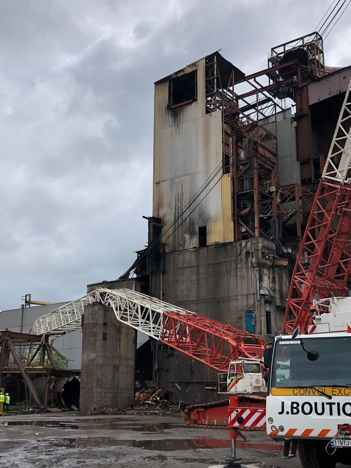 La grue et la structure métallique à terre sur le site Carsid à Marcinelle (Charleroi)