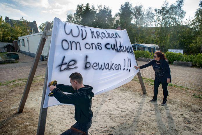 De familie Visser demonstreert met spandoeken aan de Donkervoortseloop te Heesch.