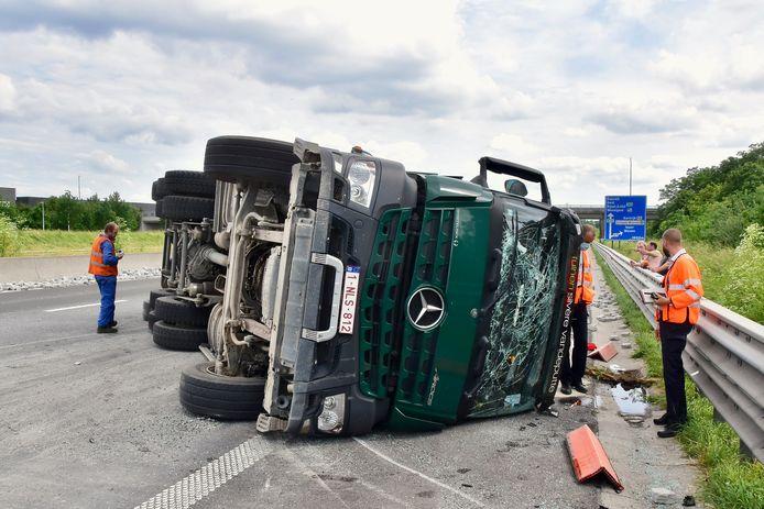Nadat een vrachtwagen een klapband kreeg op de E403 in Moorsele, kantelde het gevaarte.