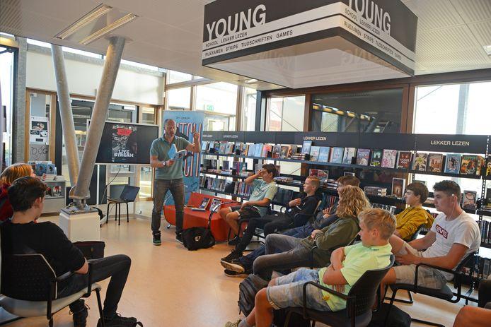 Buddy Tegenbosch in de bibliotheek