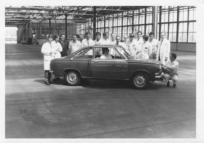 Hemmo Ludoph (staand uiterst rechts) en Rob Snip (in de auto) met collega's van de afdeling experimenten van DAF, beginjaren '70.