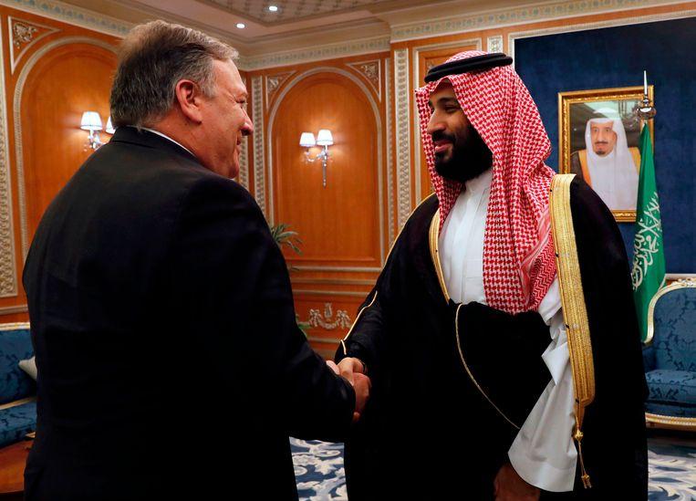 Kroonprins Mohammed bin Salman ontvangt VS-buitenlandminister Mike Pompeo in Riyad.De relaties met de VS staan onder druk.  Beeld AFP