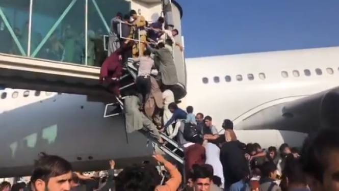 Totale chaos op luchthaven van Kaboel, waar volk toestroomt in poging land te ontvluchten