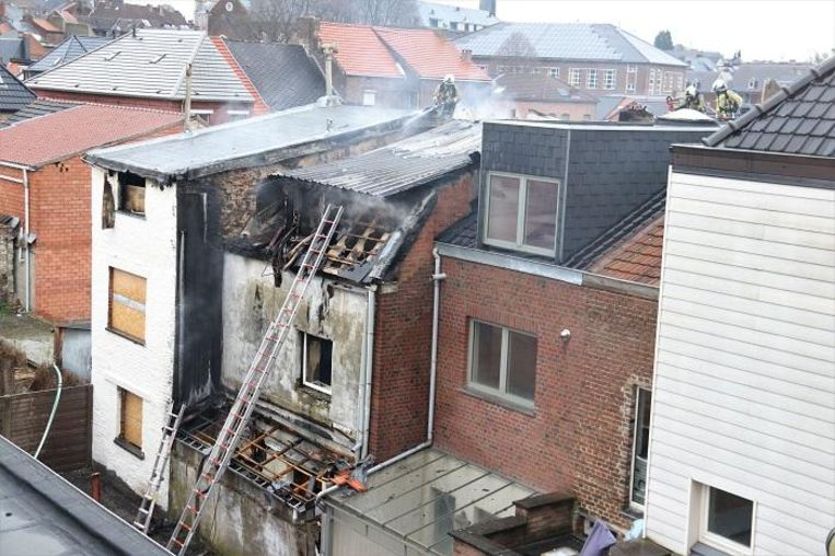 Intussen is duidelijk dat er twee woningen tijdelijk onbewoonbaar zijn. De schade aan één woning is groot.