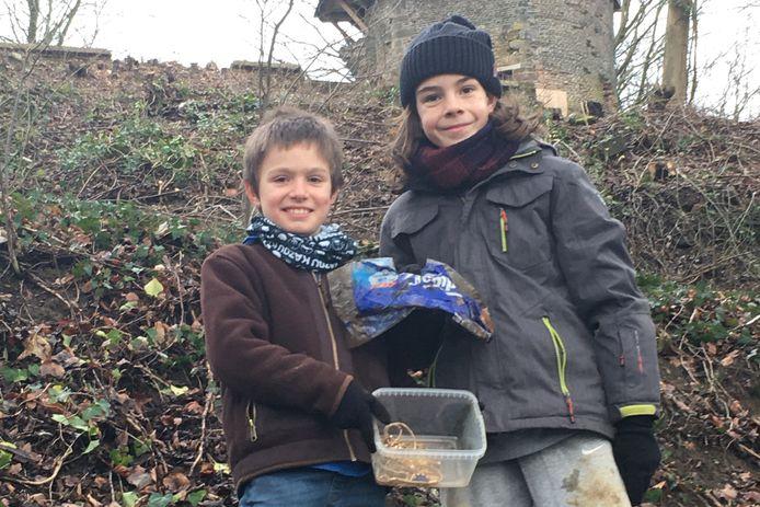 Arthur en Robbe met hun 'schat, die ze vonden in de buurt van de Orleanstoren.