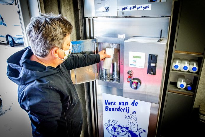 De melktap bij deze boer in Maasdam blijkt een groot succes.